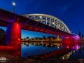 John Frost brug in rood tijdens het blauwe uur