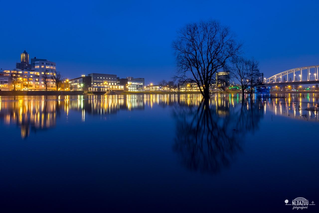 Zicht op Arnhem vanaf de stadsblokken in het blauwe uur