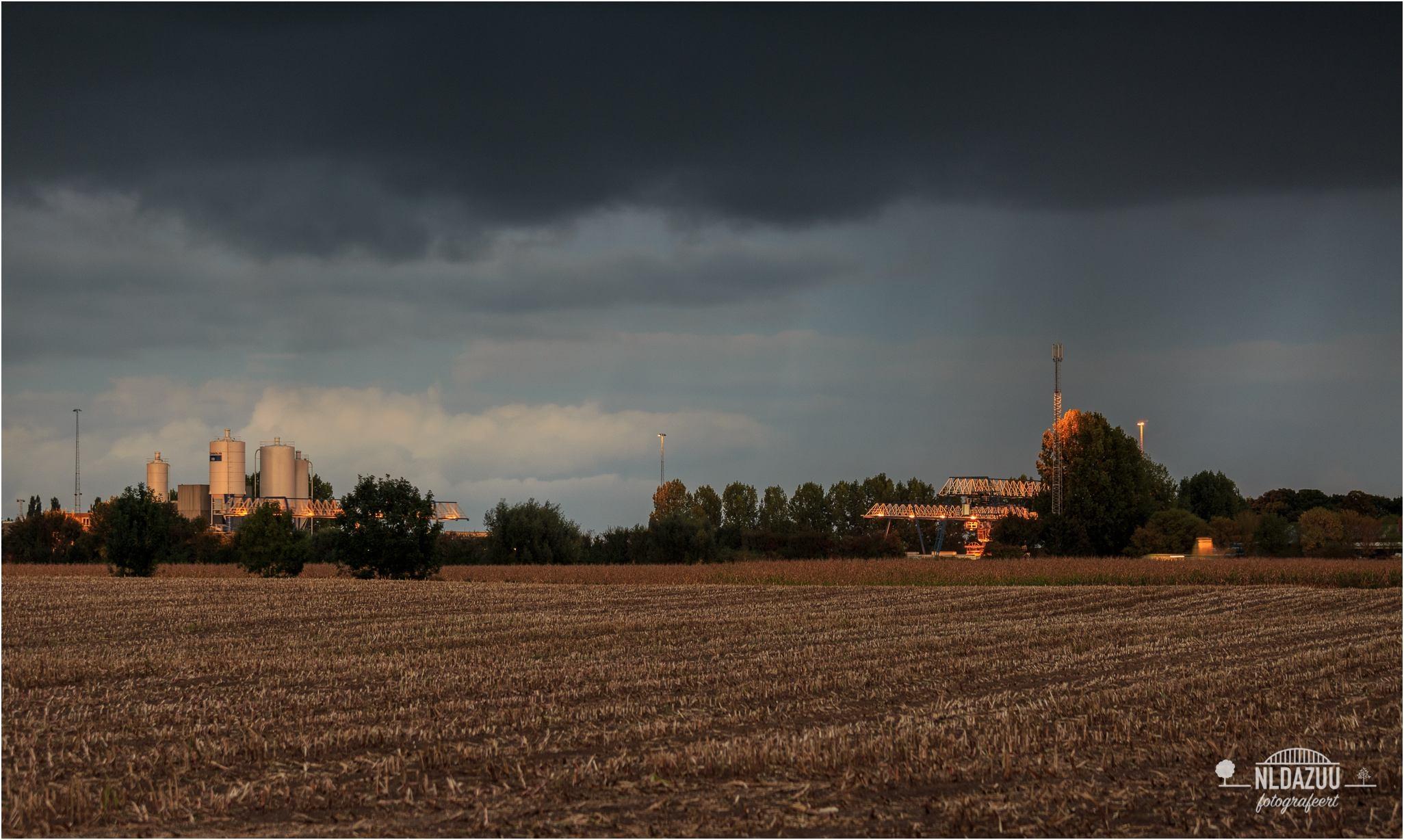 Regenbuien boven Loowaard   Canon EF 70-200 mm. f/4 121 mm. f/4,5 ISO400 0,8 sec.