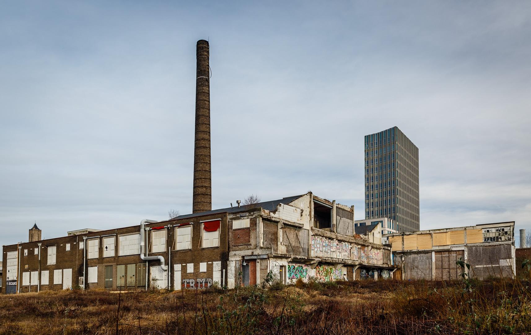 De Oude Melkfabriek, schril contrast met het moderne stadskantoor in Arnhem