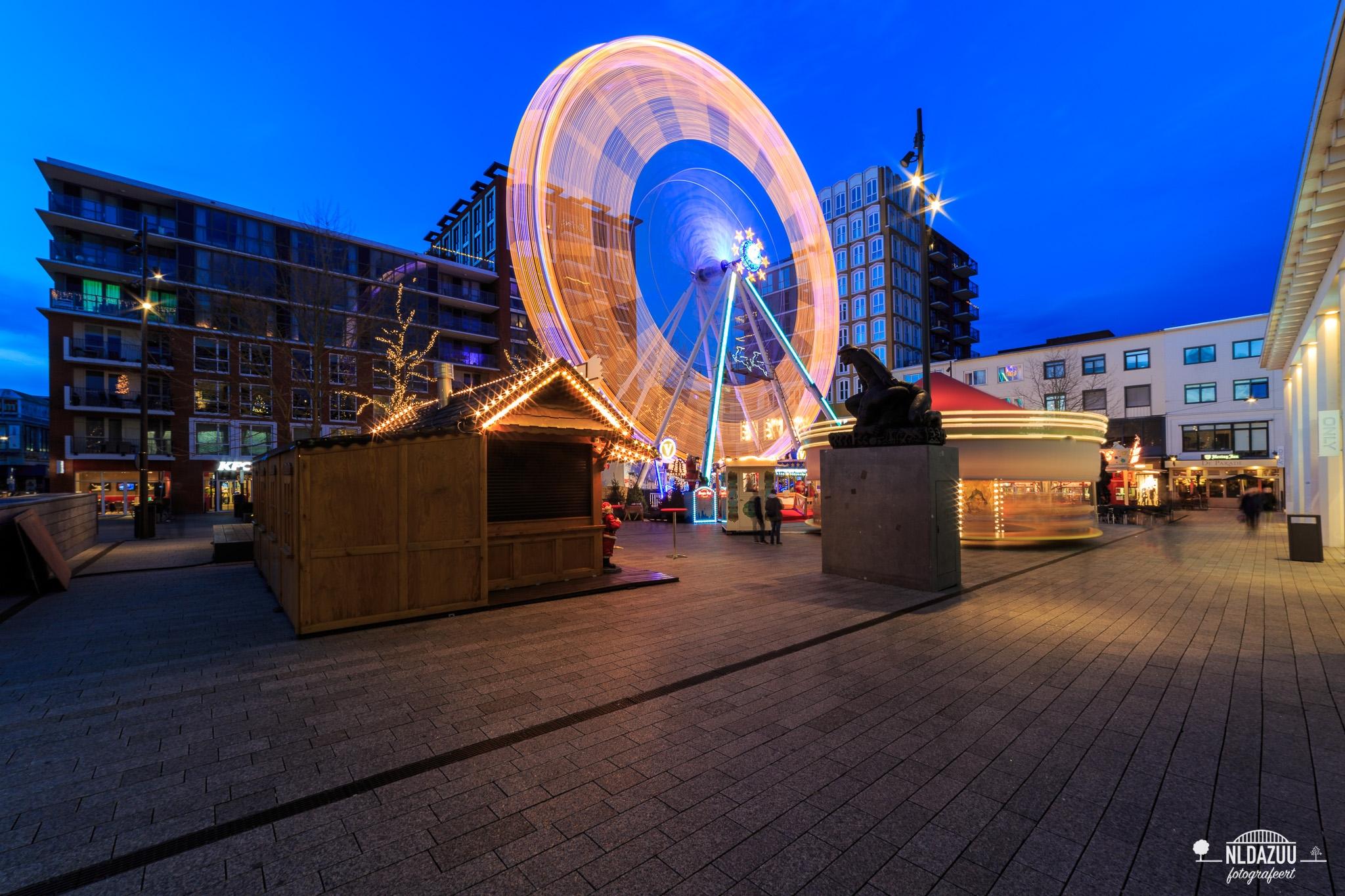 nldazuu fotografeert blauwe uur, Blue hour opname van de kerstmarkt op Plein 44 te Nijmegen