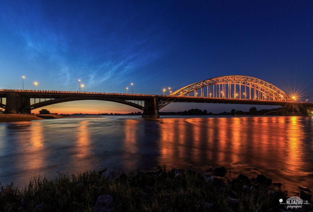 4daagse van Nijmegen wandelaars steken waalbrug over