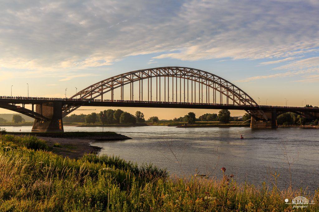 Waalbrug 4daagse wandelaars Nijmegen