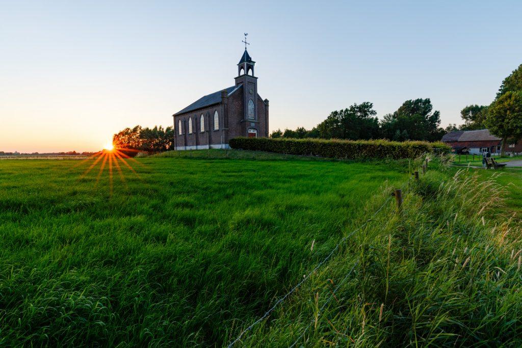 juni selektie Kerkje Homoet in de Overbetuwe tijdens zonsondergang