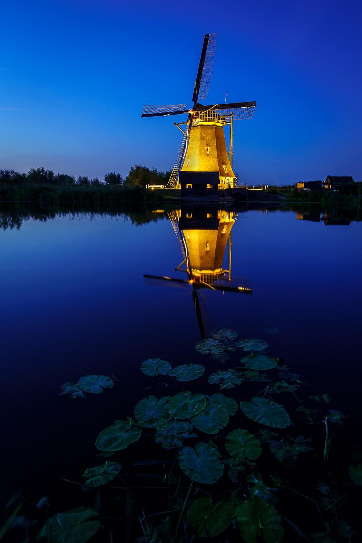 blauwe uur Kinderdijk met 12 mm. Sigma Art f/4