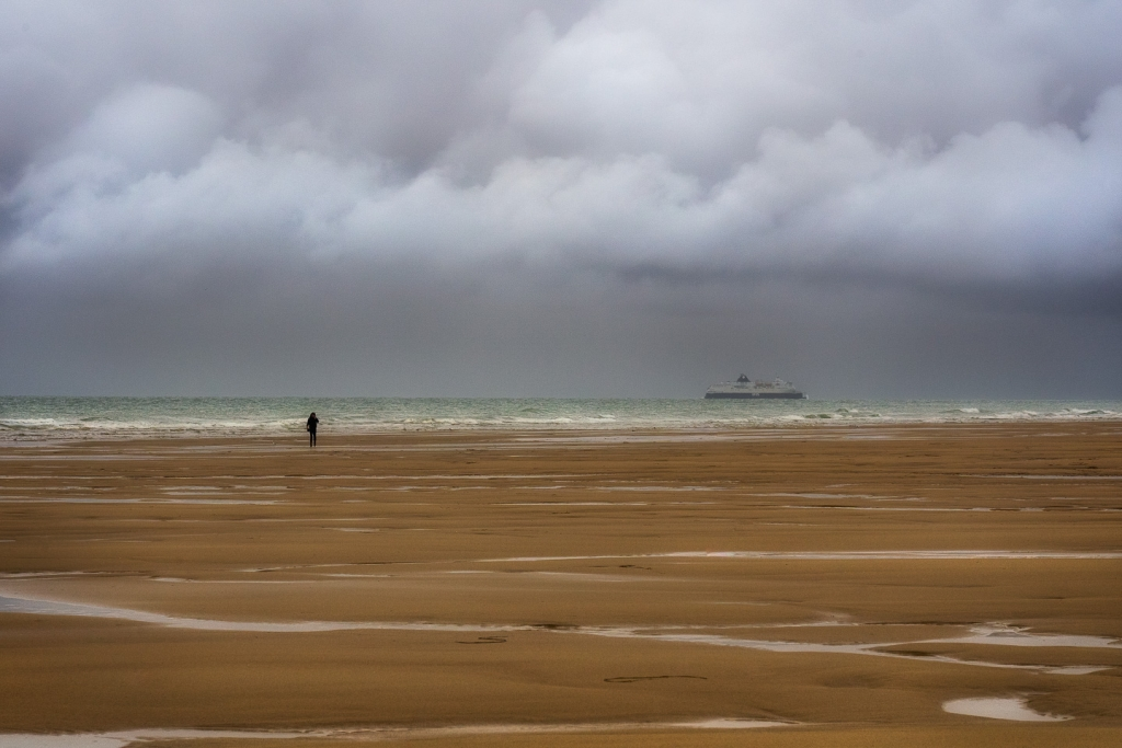 De veerboten die tussen Dover en Calais pendelen zijn zichtbaar vanaf de stranden aan de Opaalkust