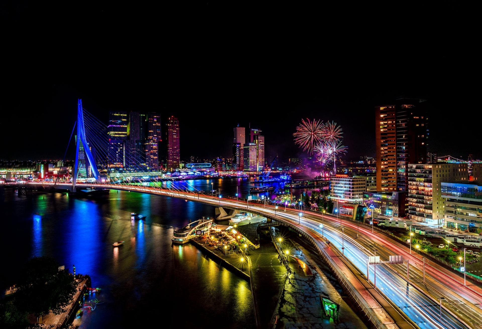 Een fantastisch uitzicht in Rotterdam stad en Erasmusbrug bij avond tijdens de wereldhavendagen