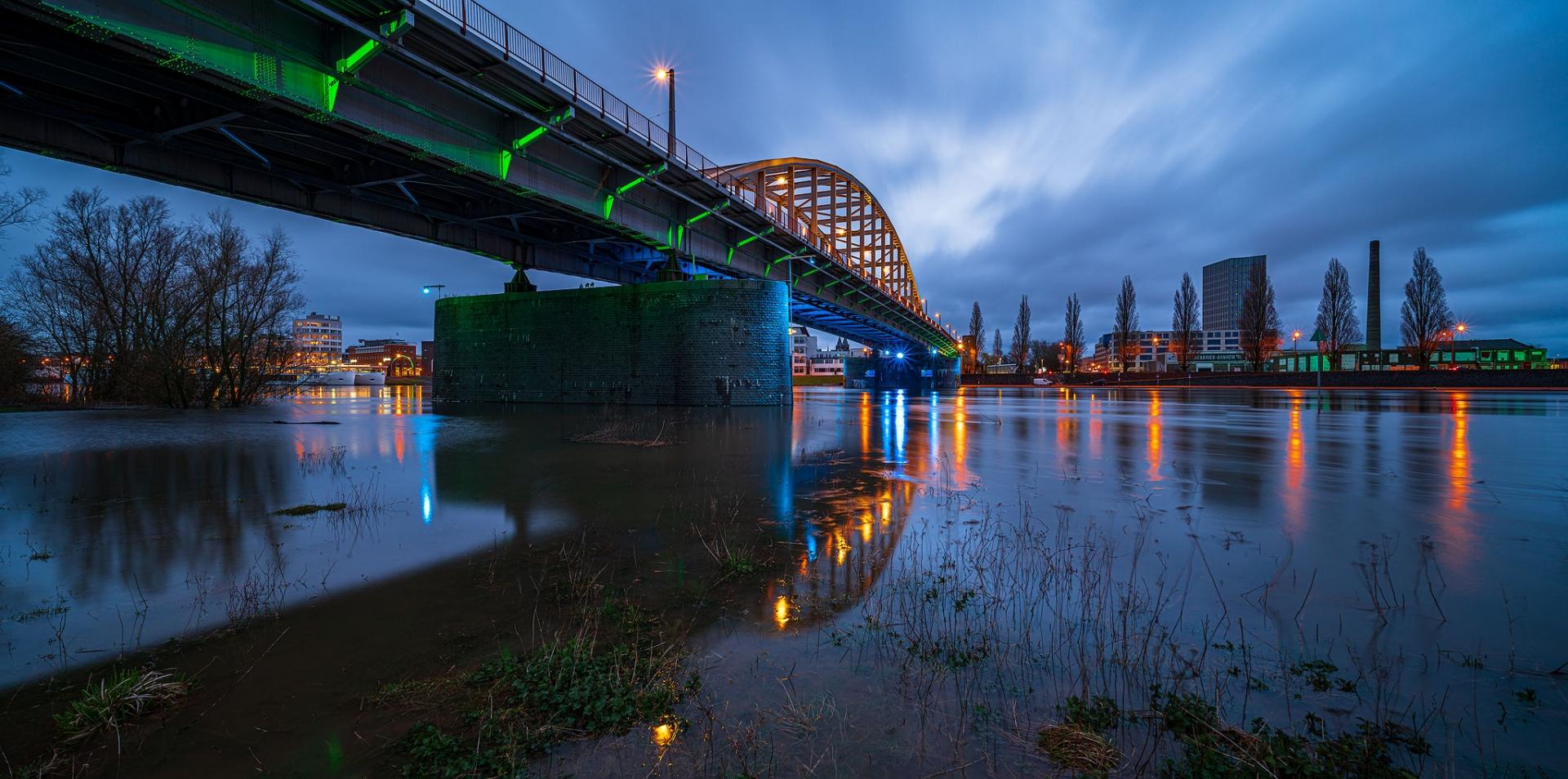 Arnhem John Frostbrug blauwe uur