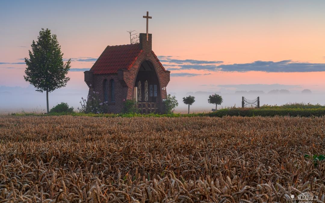 zonsopkomst bij het kapelletje op de heuvel
